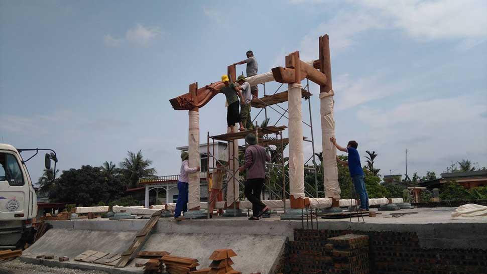 lắp cột gỗ cho nhà thờ