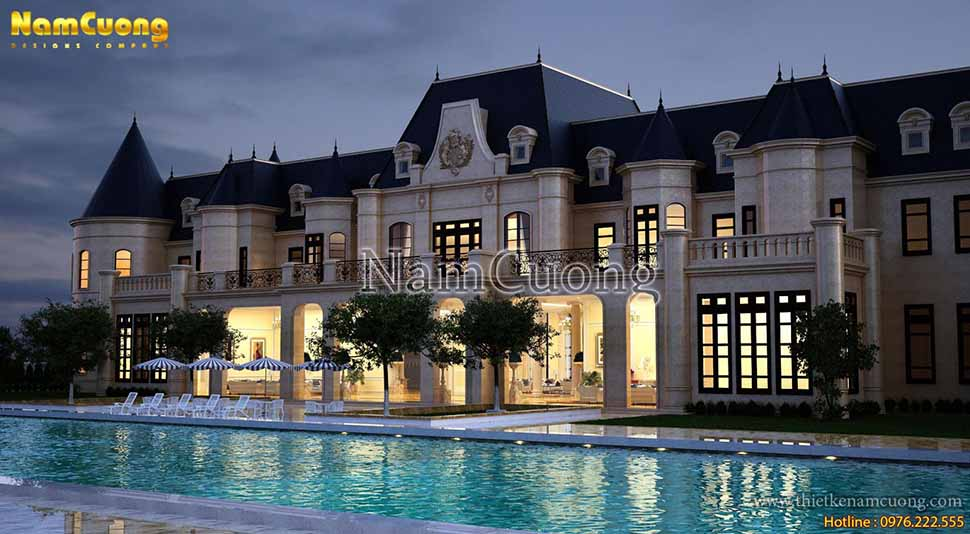 Một điều đặc biệt trong ngôi biệt thự là hệ thống bể bơi ngoài trời