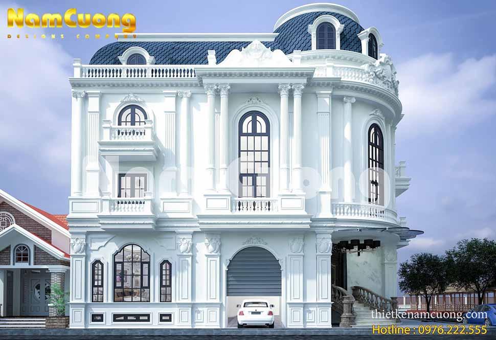 Những ô cửa kính làm tăng thêm ánh sáng và chiều sâu của ngôi biệt thự