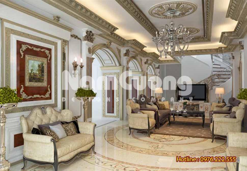 Không gian phòng khách thoáng rộng với hệ thống cửa vòm đậm phong cách Pháp
