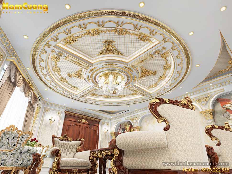 Đèn chùm sử dụng trong phòng khách của ngôi biệt thự lâu đài cũng được lựa chọn rất kỹ càng