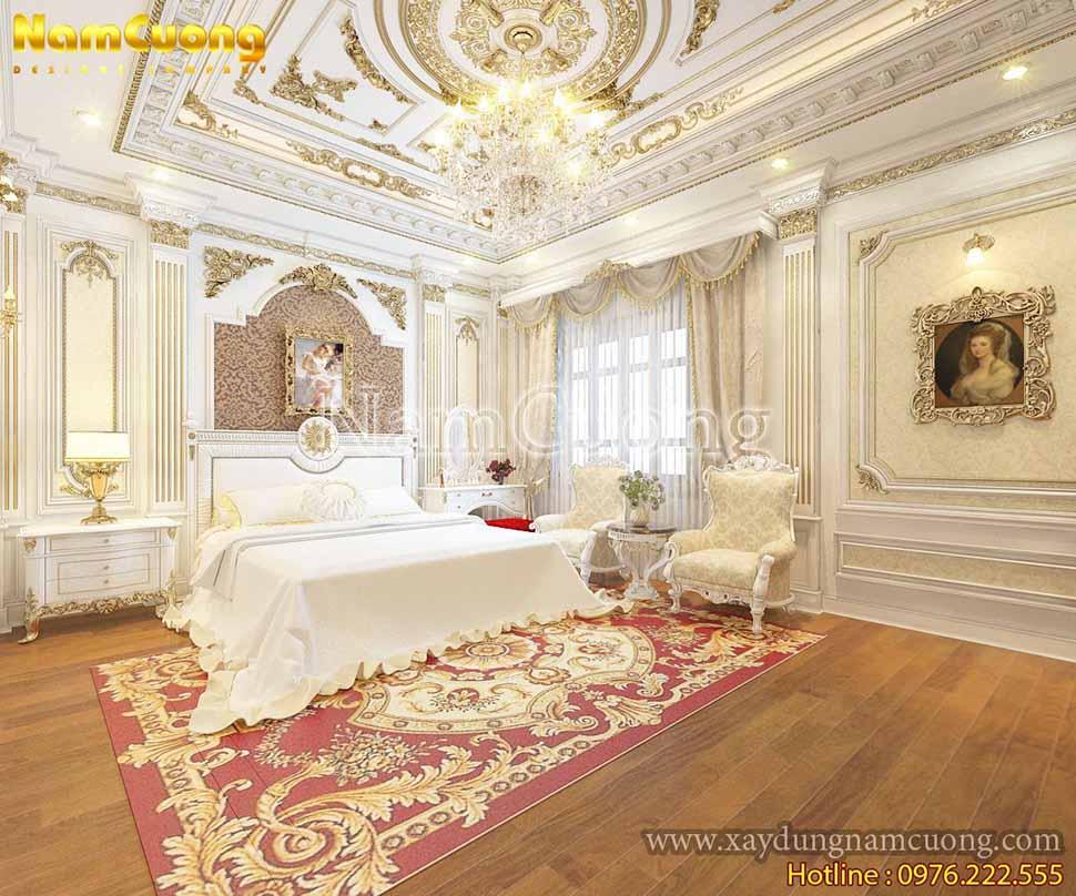 Không gian căn phòng màu trắng nổi bật các họa tiết dát vàng tinh xảo